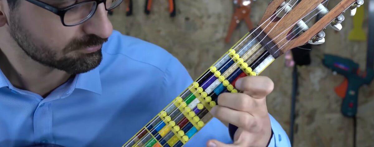 Guitarra con piezas LEGO creada por un músico turco