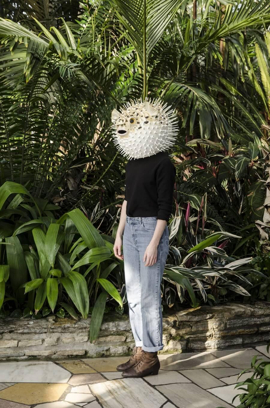 La artista evoca la fauna con estas máscaras