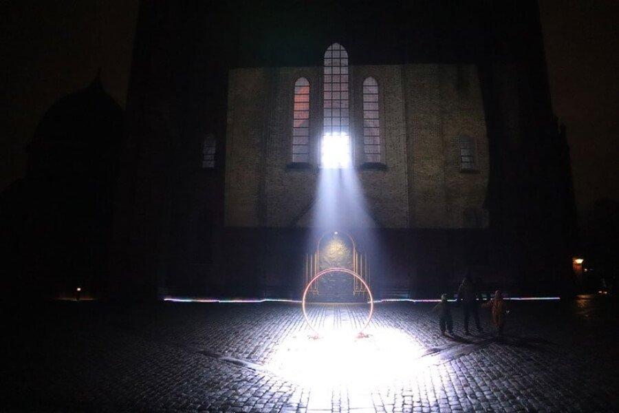 la instalación que ilumina catedral de Dinamarca