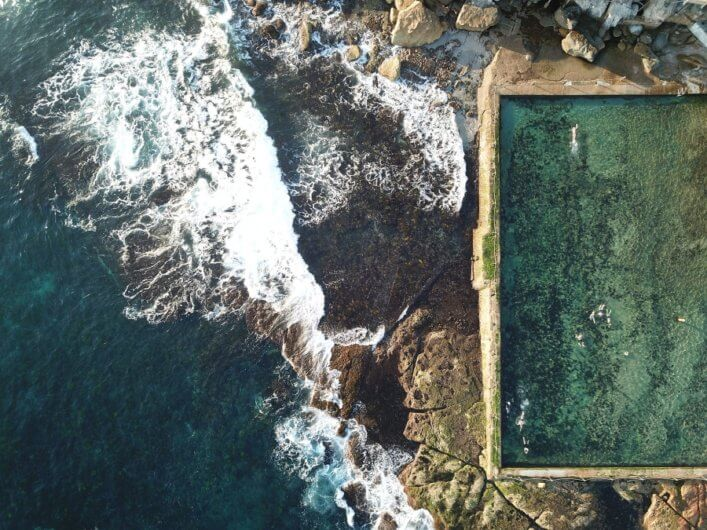 La fotógrafa captura la belleza el océano y las piscinas