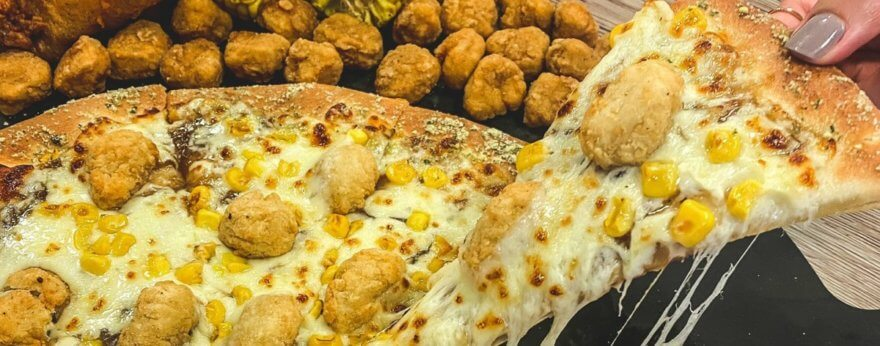 Pizza Hut con KFC crean pizza especial