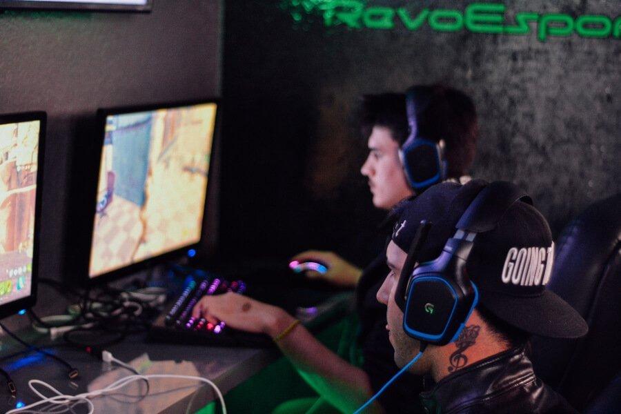 hombres jugando videojuegos