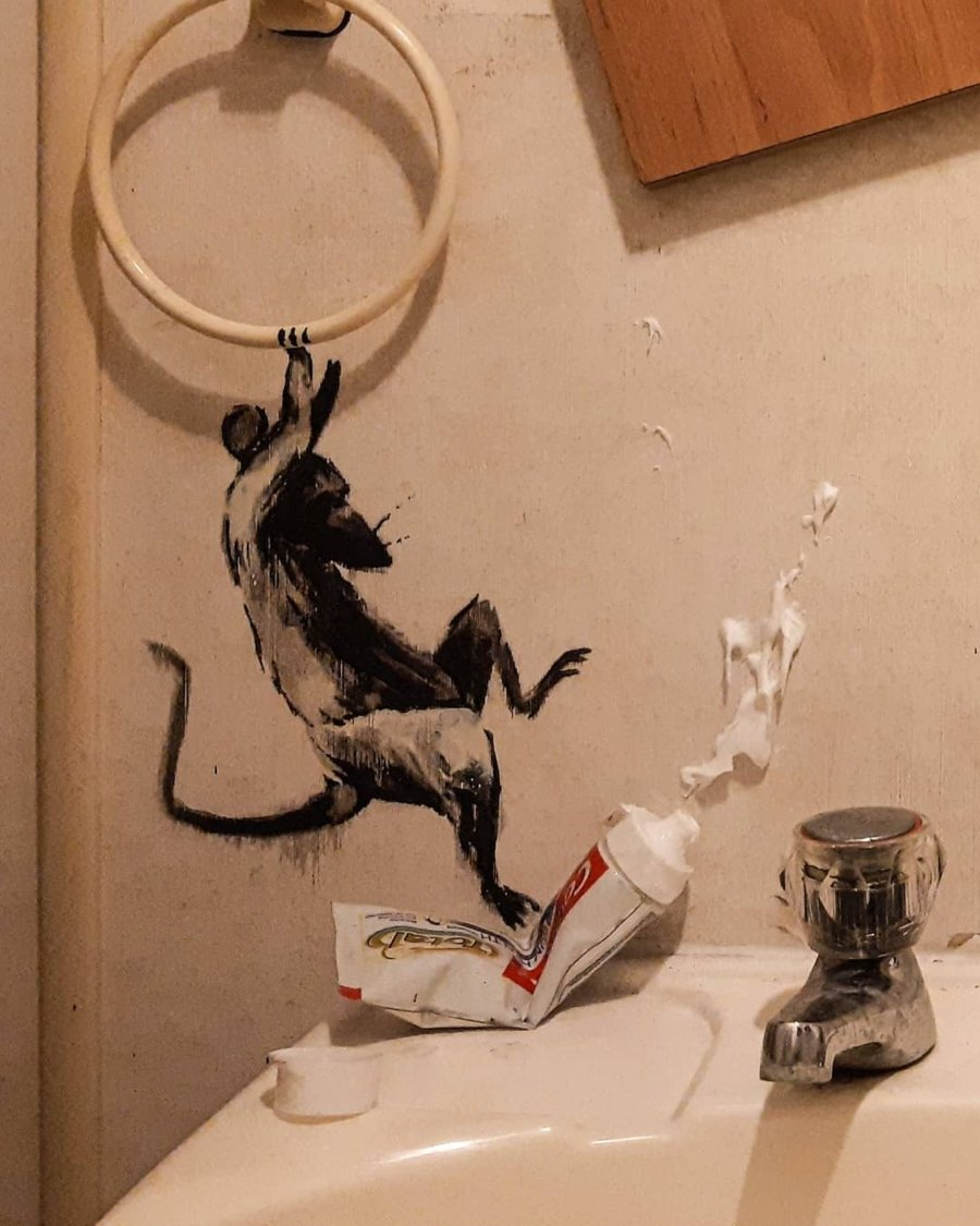 "Banksy presentó ""Rat Bathroom Installation"""