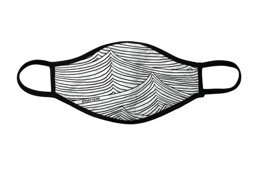 cubrebocas blanco con líneas negras y bordes negros con la palabra emotion en el costado inferior izquierdo