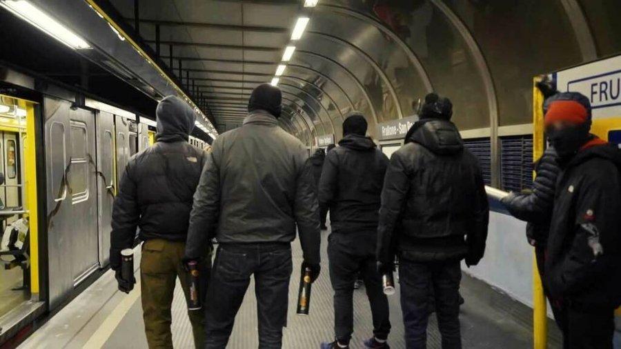 El 1UP crew en una estación de metro de Nápoles