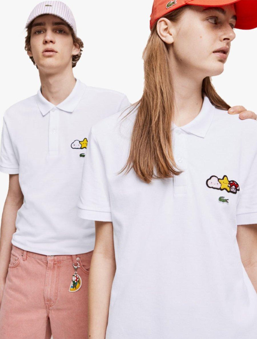 hombre y mujer con gorra y camiseta blanca de la colección de Lacoste y FriendsWithYou