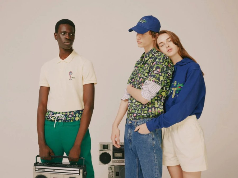 Un hombre cargando una grabadora y una pareja de hombre y mujer abrazados, vistiendo la nueva colección de Lacoste y FriendsWithYou