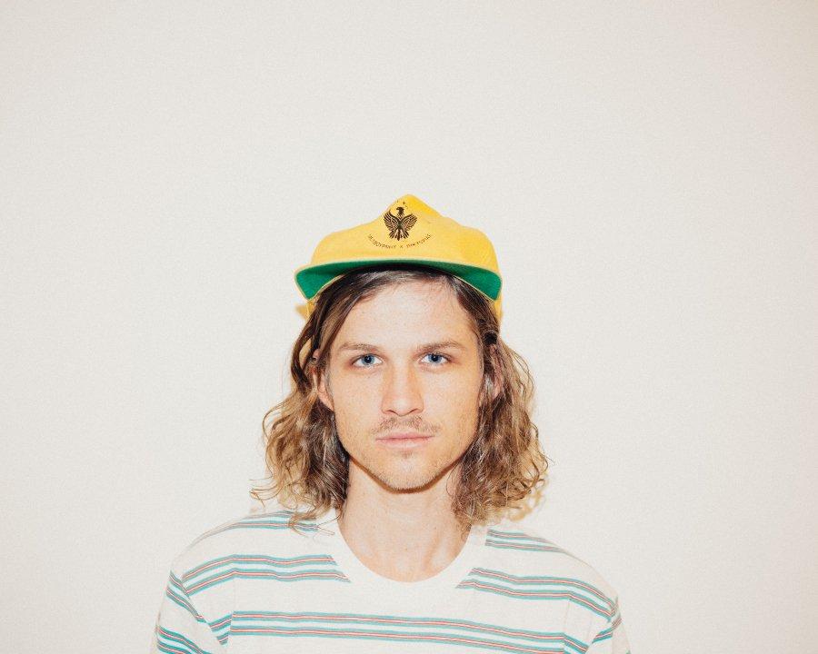 Retrato de Tim Ayre con gorra color verde y amarillo