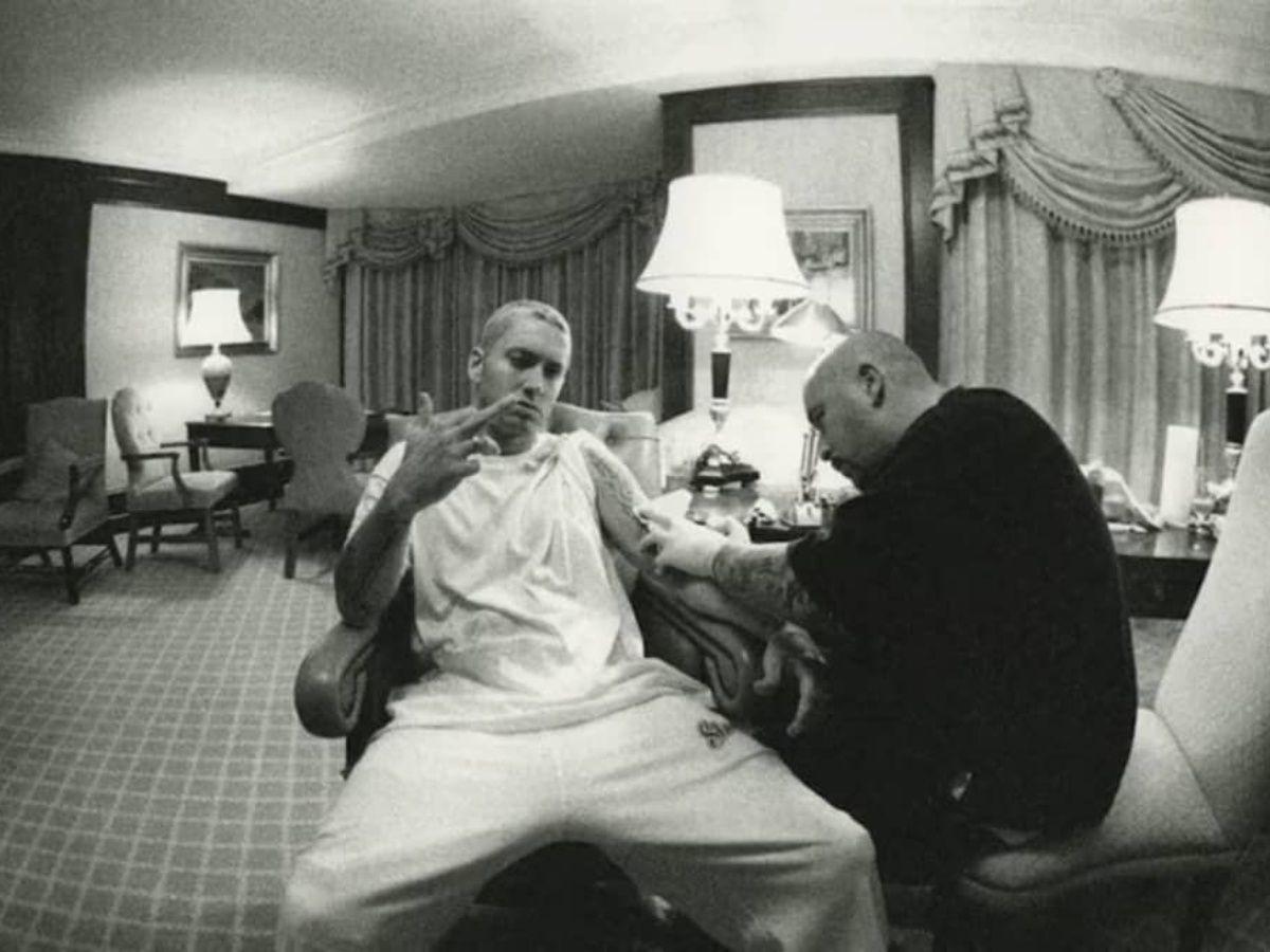 Mister Cartoon tatuando a Eminem en un hotel