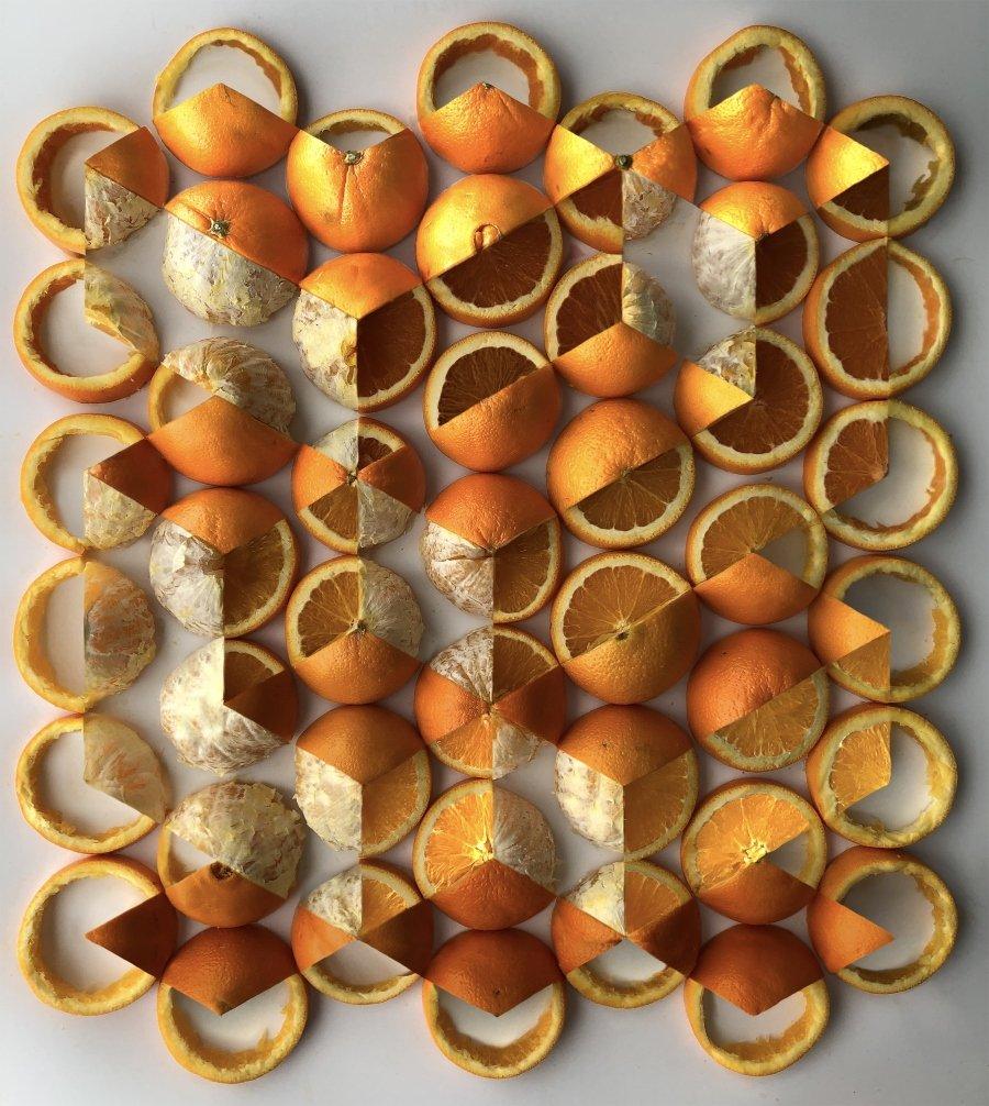 Composición geométrica con naranjas