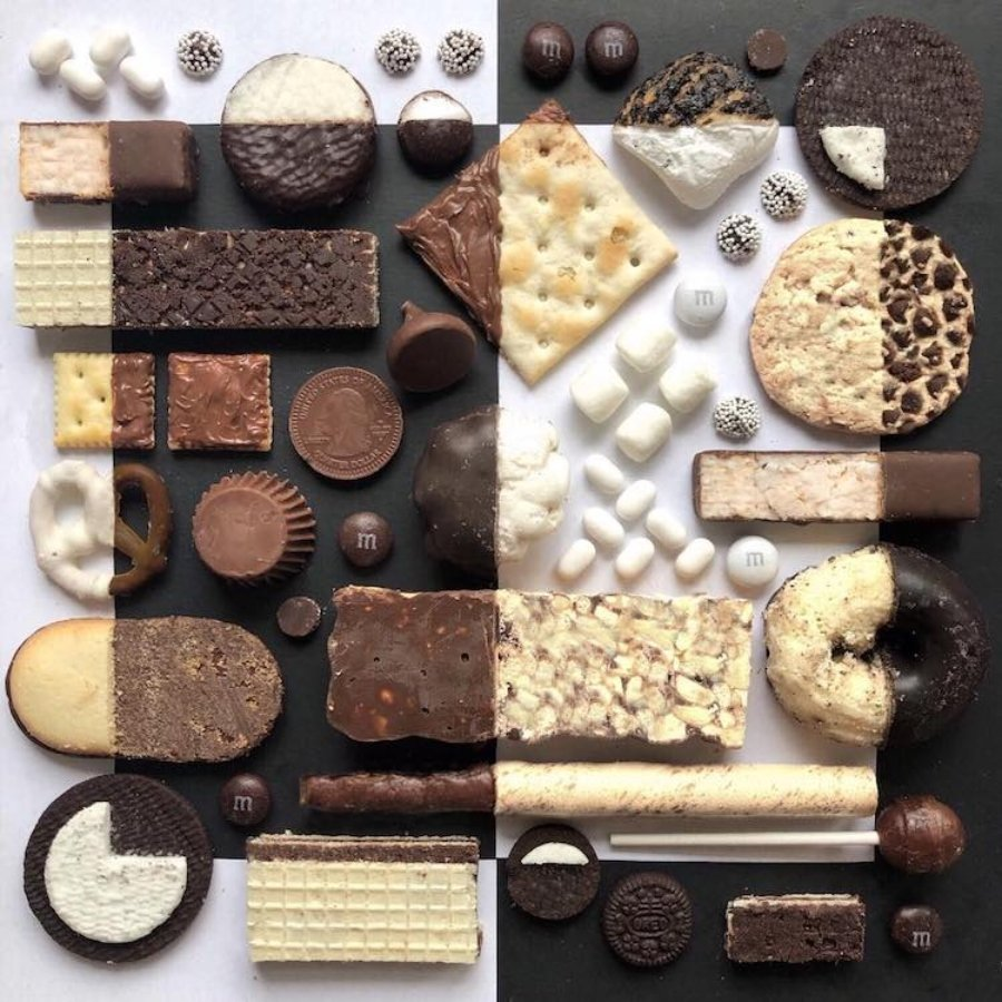 Composición con galletas y chocolates