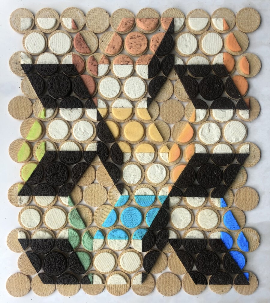 Composición geométrica con galletas