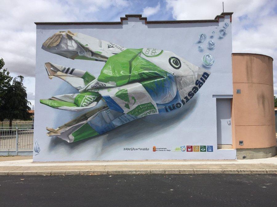 Mural hiperrealista de un pez hecho de basura por Dados Punto Cero