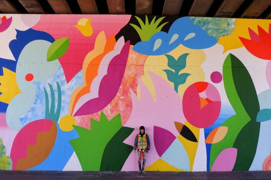 Mina Hamada frente a uno de sus murales para el festival Avant Garde Tudela 2020