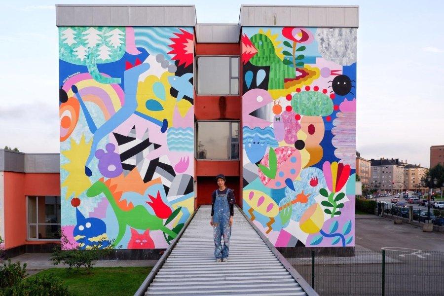 Mina Hamada frente a mural terminado