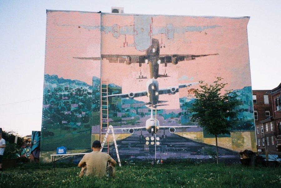 Jeff McCreight 'Ru8icon' frente a uno de sus murales para festival Avant Garde Tudela 2020