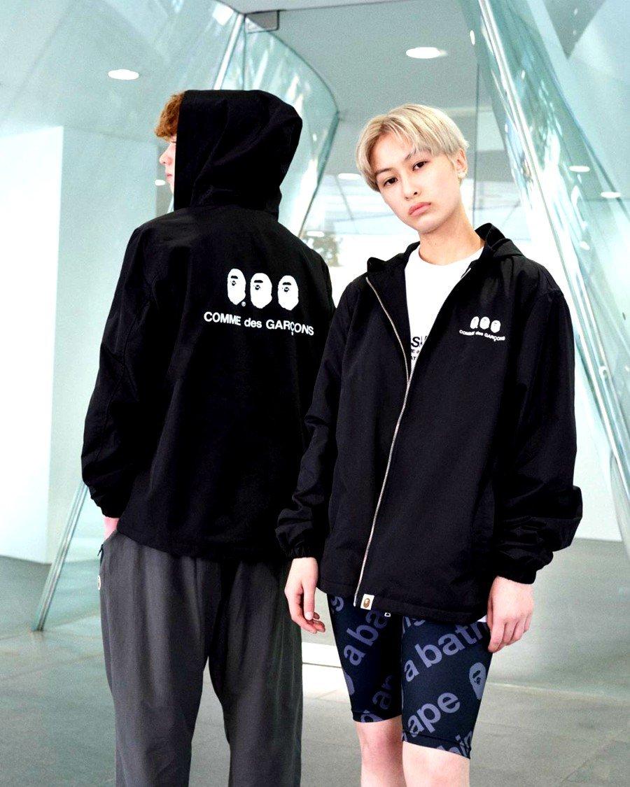 dos hombres vistiendo la hoodie de la nueva colección de BAPE y COMME desde GARCONS