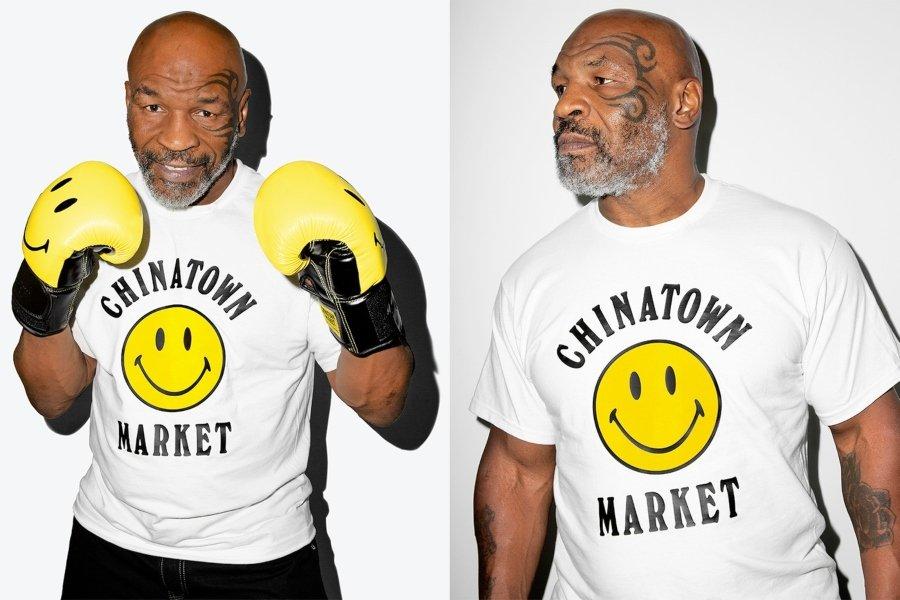 Mike Tyson posando con la ropa de la colaboración oficial de Chinatown Market y Mike Tyson