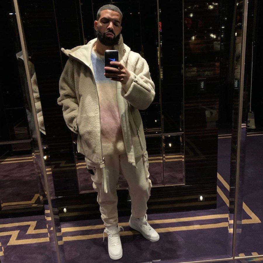 Drake posando con unos nike Air blancos