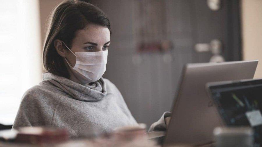 persona con cubrebocas frente a la computadora