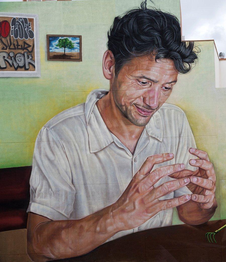 Hombre apreciando campesino, parte del mural Escenografía Alimentaria de Sabotaje al Montaje