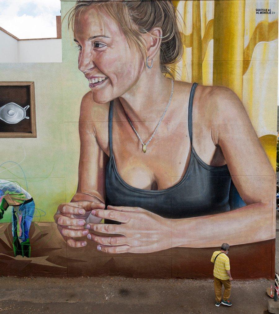 Mujer apreciando campesino, parte del mural Escenografía Alimentaria de Sabotaje al Montaje