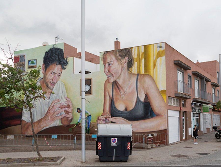 pareja apreciando campesino, parte del mural Escenografía Alimentaria de Sabotaje al Montaje