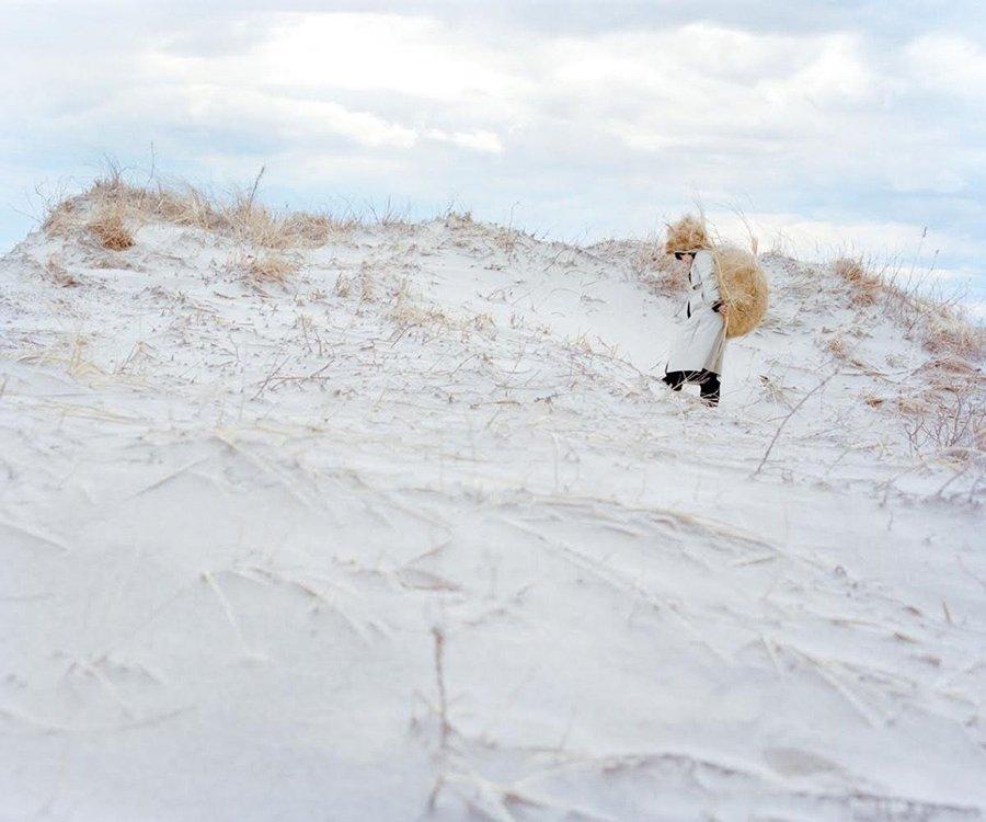 Mujer sobre la nieve, parte de la serie fotógrafica Eyes as Big as Plates de Riitta Ikonen y Karoline Hjorth