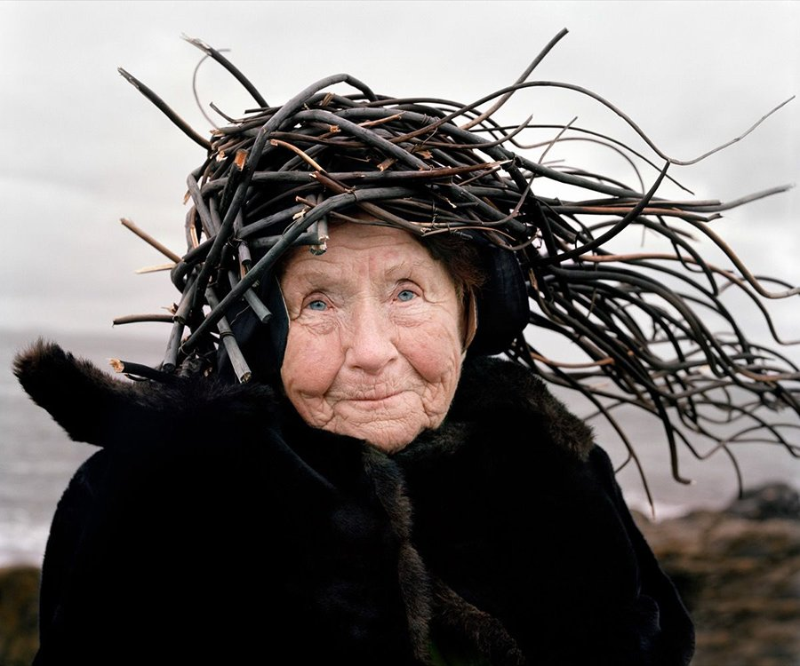 Mujer con corona de ramas, parte de la serie fotógrafica Eyes as Big as Plates de Riitta Ikonen y Karoline Hjorth