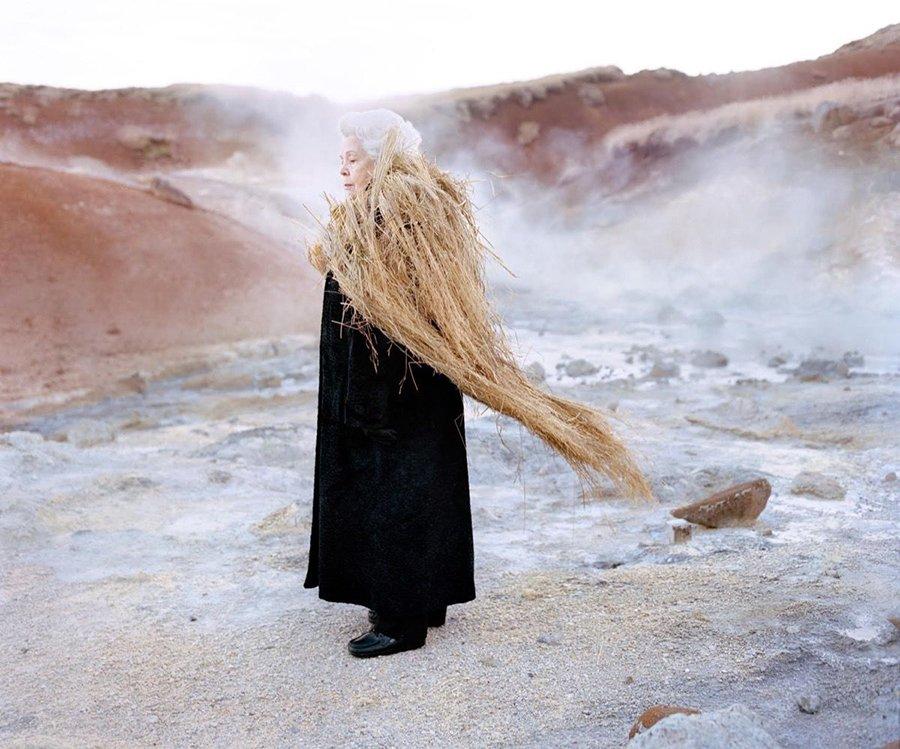 Mujer con vestimenta en el hielo parte de la serie fotógrafica Eyes as Big as Plates de Riitta Ikonen y Karoline Hjorth