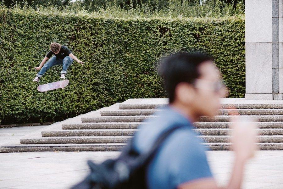 Skater saltando una escalera de concreto