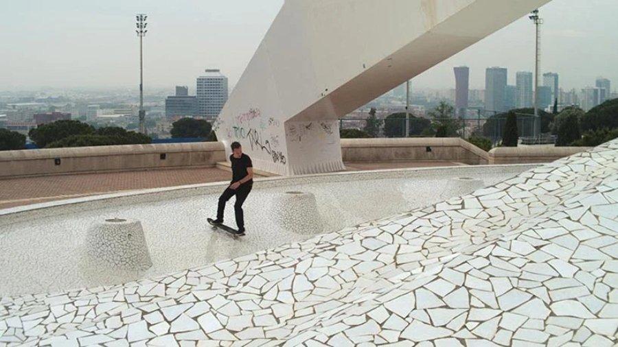 Skater patinando en spot de mosaico para el proyecto GRRRND Zero