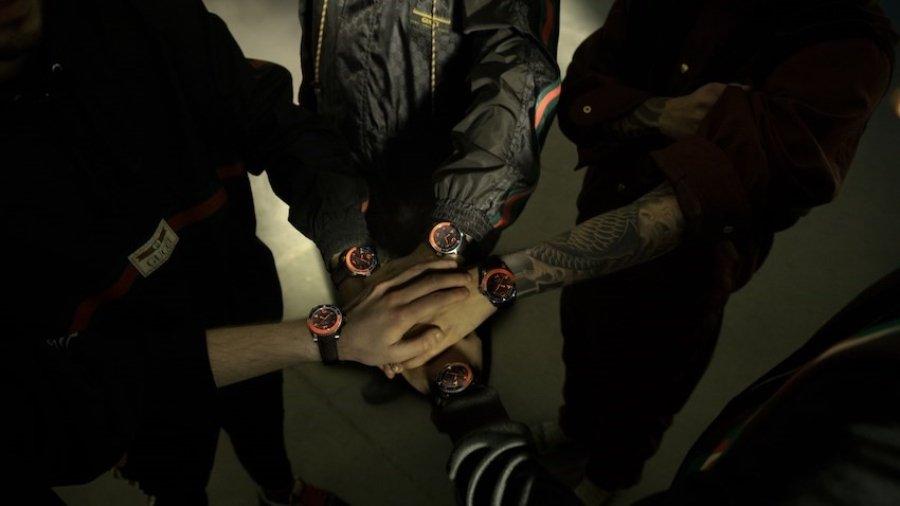 Reloj negro con naranja, colaboración especial de gucci y Fnatic