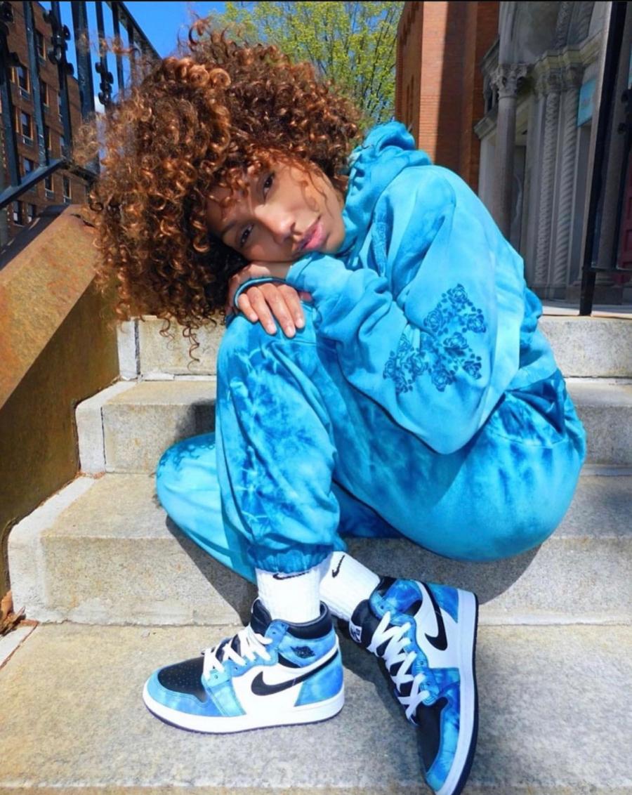 Chica modelando los nuevos Jordan 1 Tie Dye