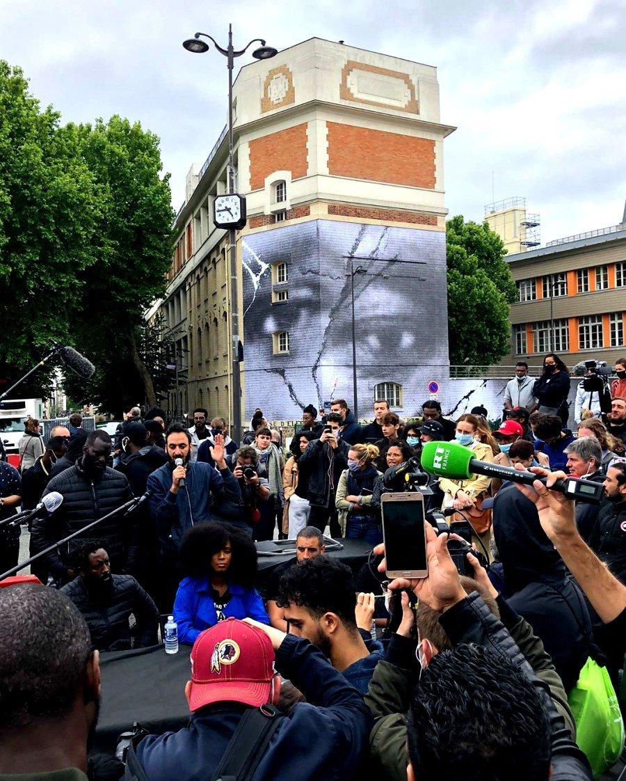 personas viendo el mural de JR en honor a George Floyd en PArís