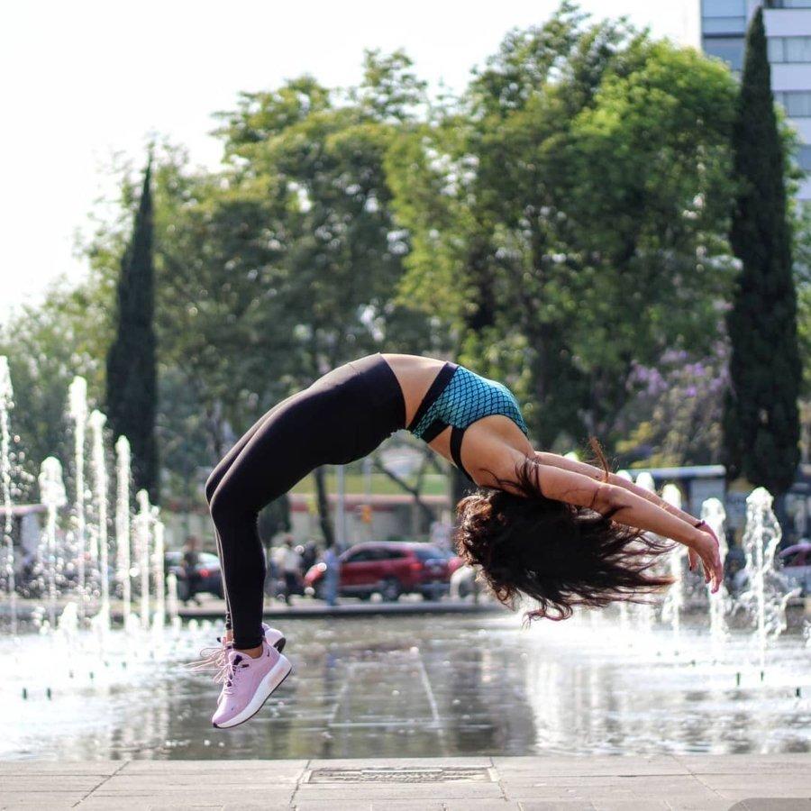 Karla Castellanos haciendo acrobacia de parkour