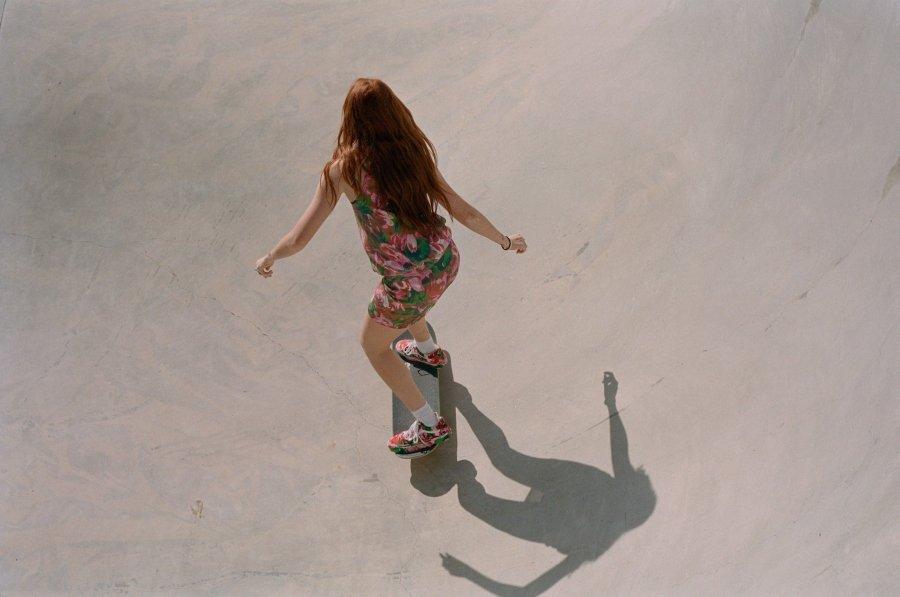 Chica patinando con los tenis y el vestido colaborativo de Kenzo y Vans 2020