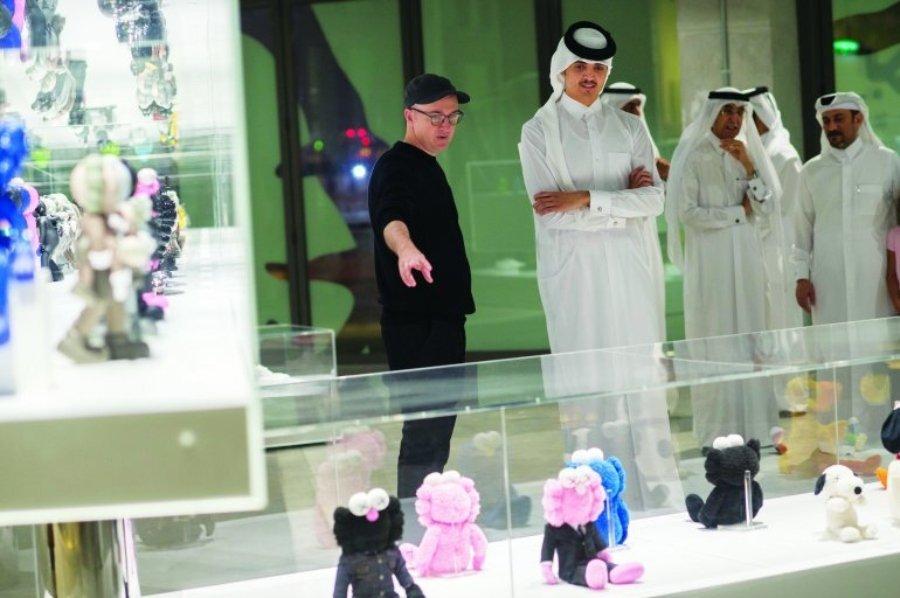 Kaws y sus Companions junto a clientes árabes en 5Art Gallery