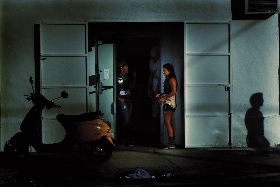 Personas paradas en la salida de un lugar conversando