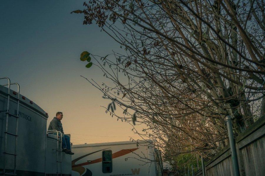 Las mejores fotografías callejeras / Kevin Fletcher hombre sentado en un atardecer