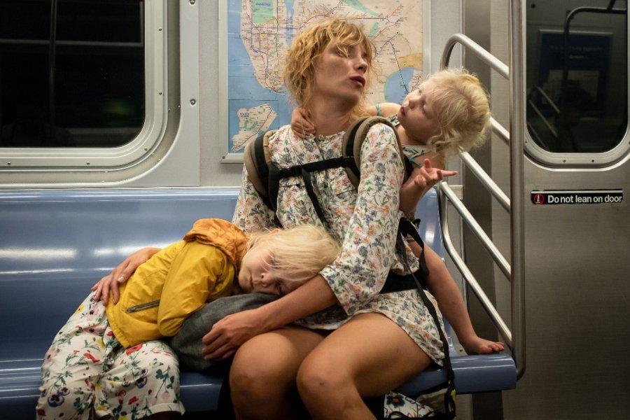 Las mejores fotografías callejeras / Mujer viajando en el metro con sus dos hijo