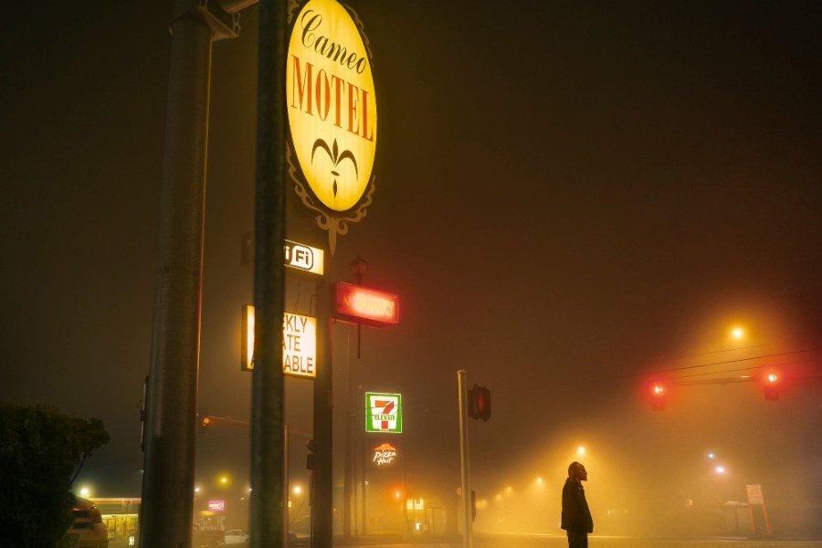 Las mejores fotografías callejeras / hombre parado en medio de la calle entre la neblina