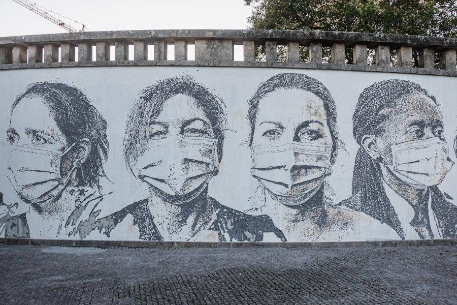 Mural cincelado que muestra personal médico creado por Vhils
