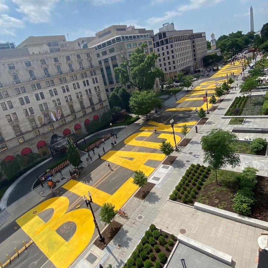 """Mural """"Black Lives Matter"""" con letras grandes en color amarillo"""