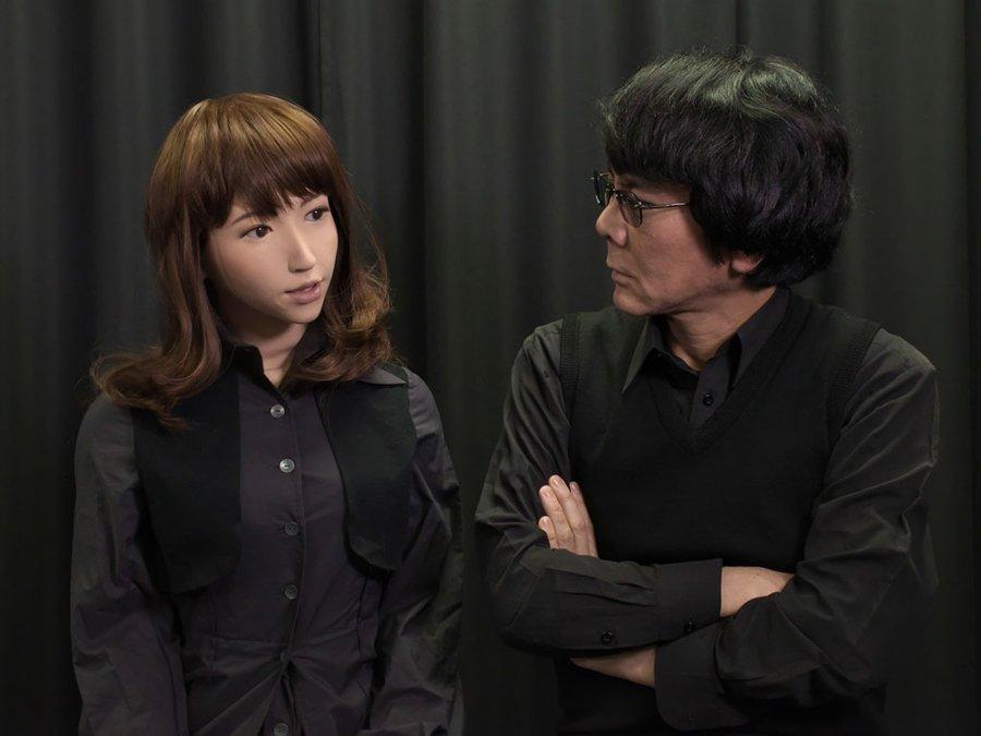 Erica junto al científico Hiroshi Ishiguro