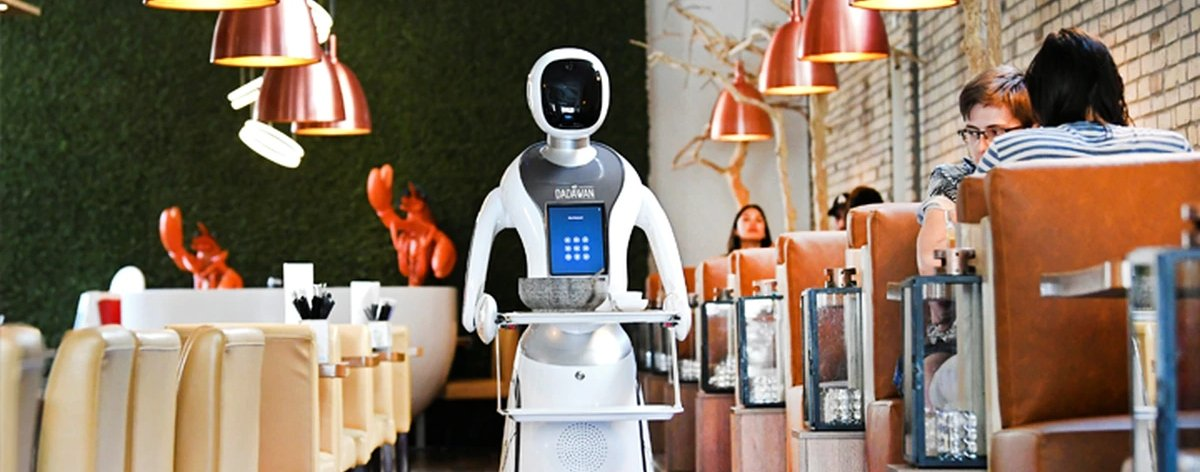 Robots meseros que evitan contagios por Covid-19