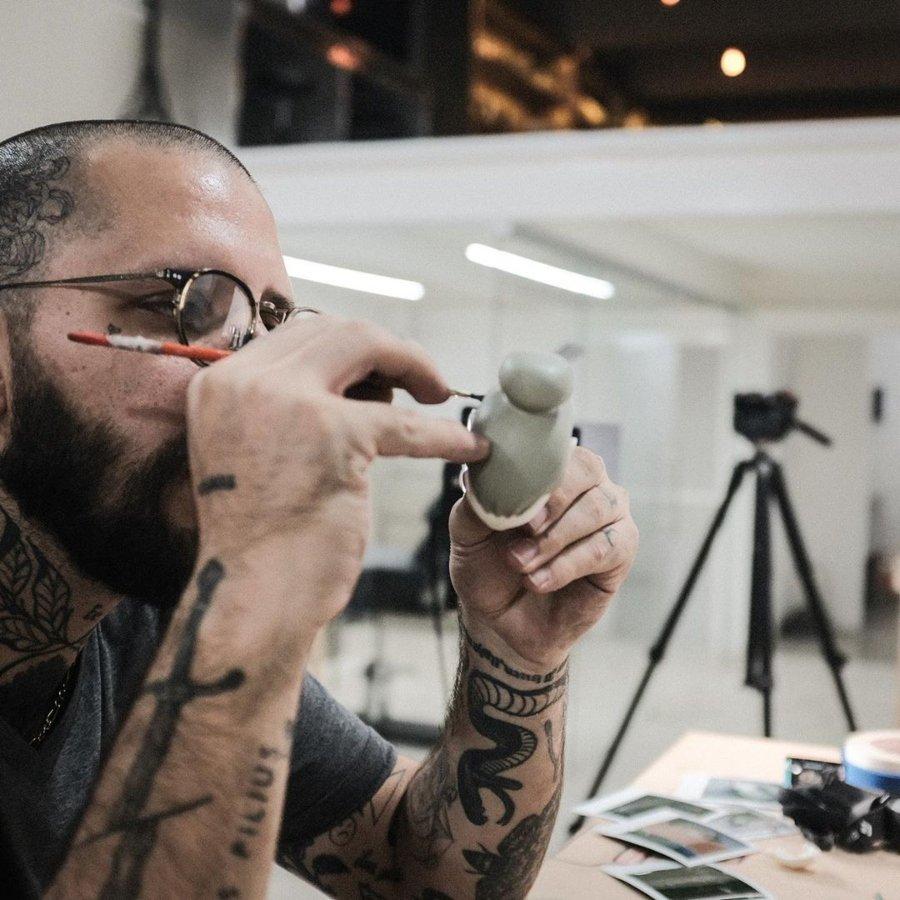 Rodrigo Roji durante proceso creativo en la realización de un juguete