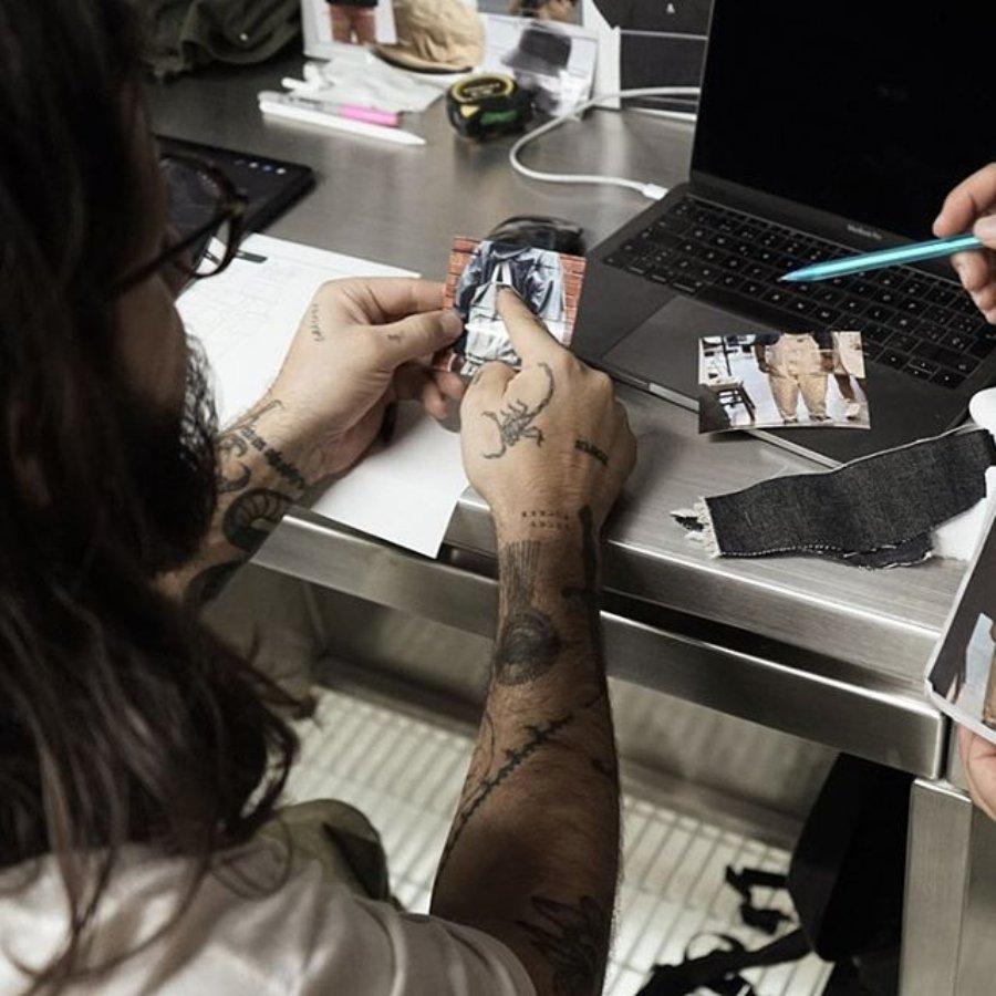 Rodrigo Roji realizando collage previo a un tatuaje