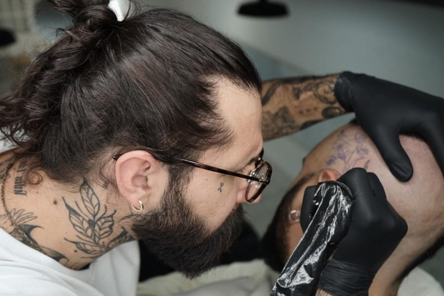 Rodrigo Roji Tatuando