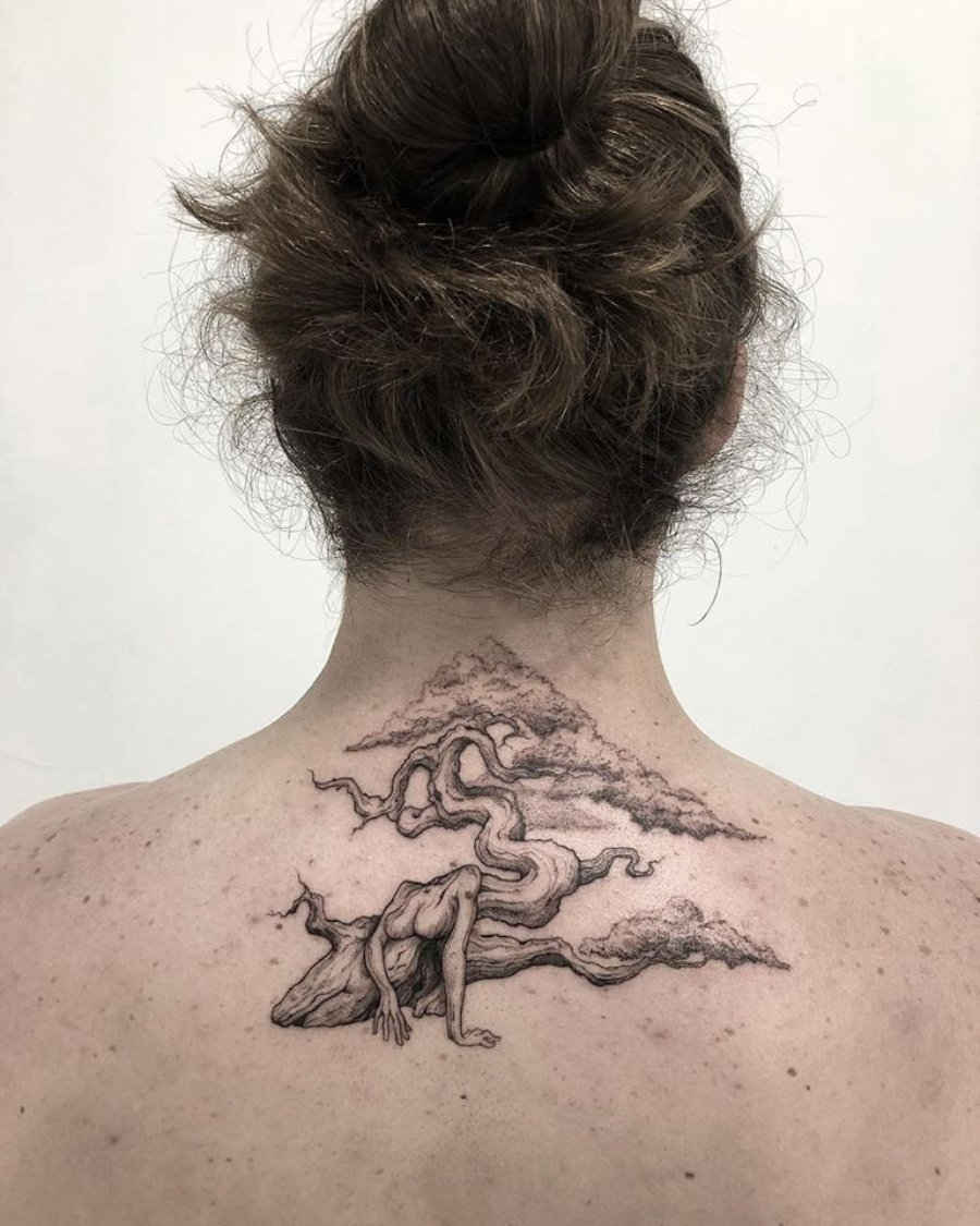 Tatuaje de árbol en la parte alta de la espalda por Rodrigo Roji